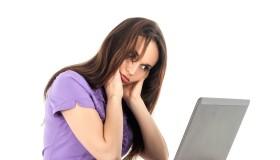 Femme assise à l'ordinateur, douleur