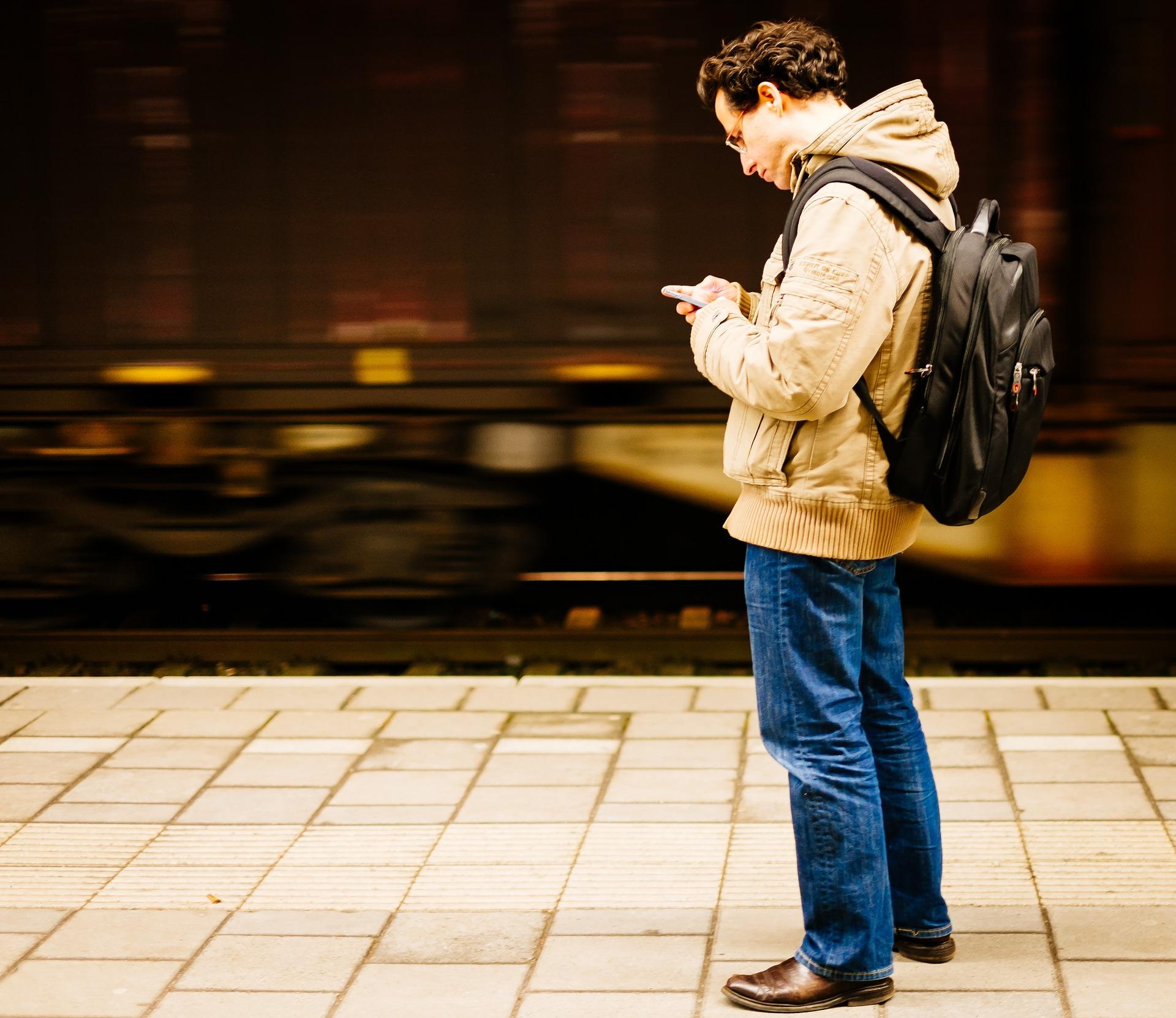 Homme écrivant sur son cellulaire